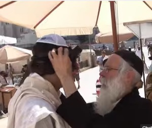 chabad-put-on-tefillin-for-secular